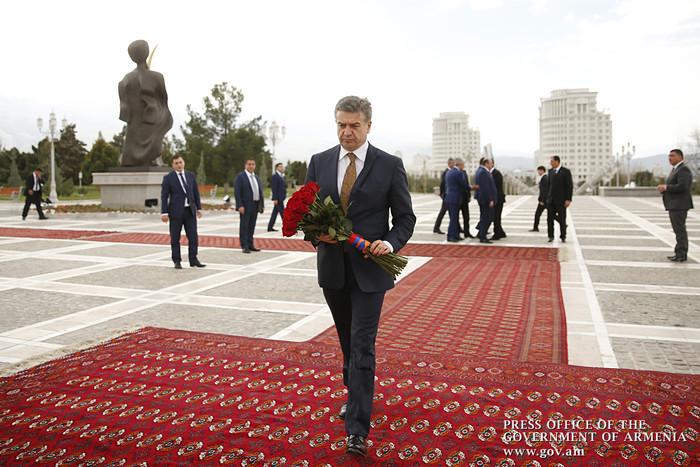 Карен Карапетян посетил мавзолей Туркменбаши – Сапармурата Ниязова