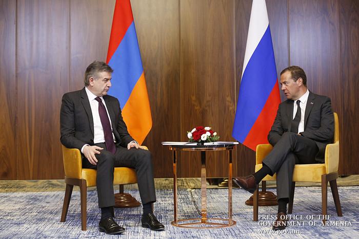 Карен Карапетян обсудил с премьером России Дмитрием Медведевым сроки его визита в Армению