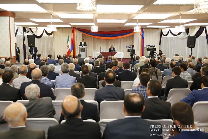 Карен Карапетян предложил армянской общине Ирана стать крепким мостом между Ереваном и Тегераном