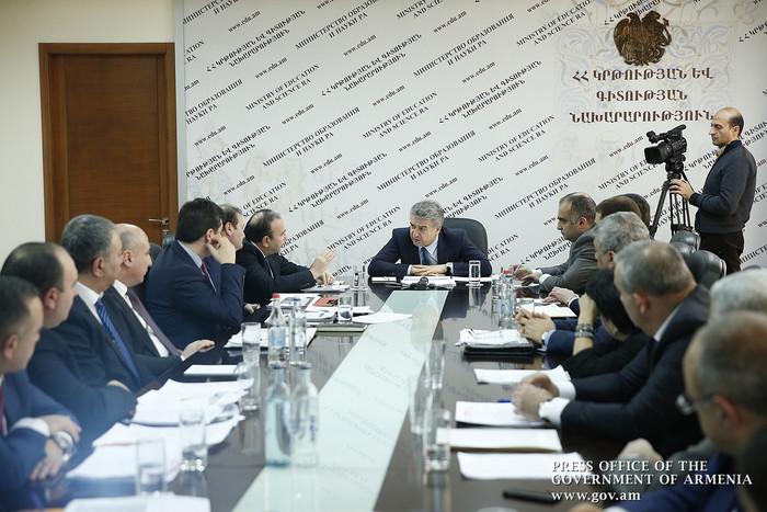 Карену Карапетяну представили новый закон о высшем образовании