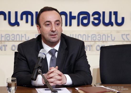Запрет премьера Армении Карена Карапетяна на «мам и дочек» в одном учреждении не касается парламента: комментирует Г. Товмасян